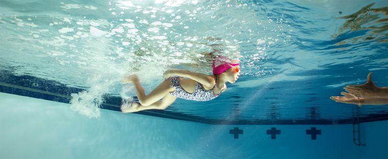aprender a nadar mejora habilidades