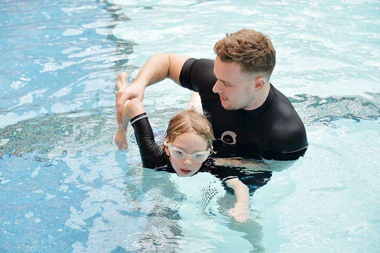 aprender a nadar moviendo brazos