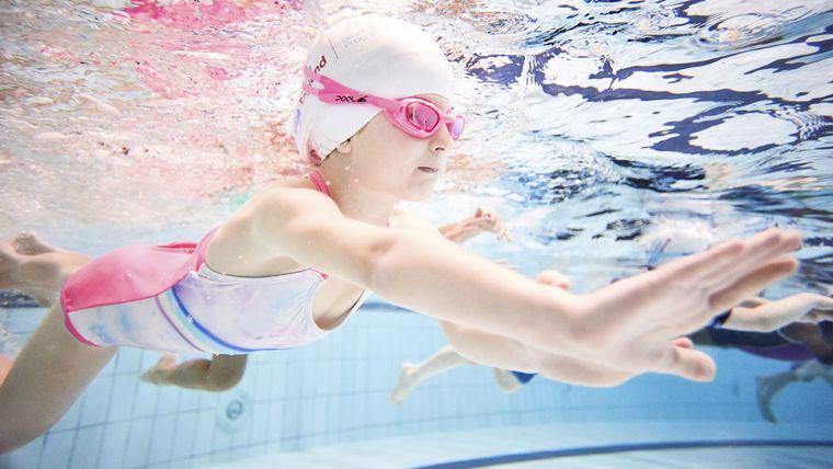 aprender a nadar piscina