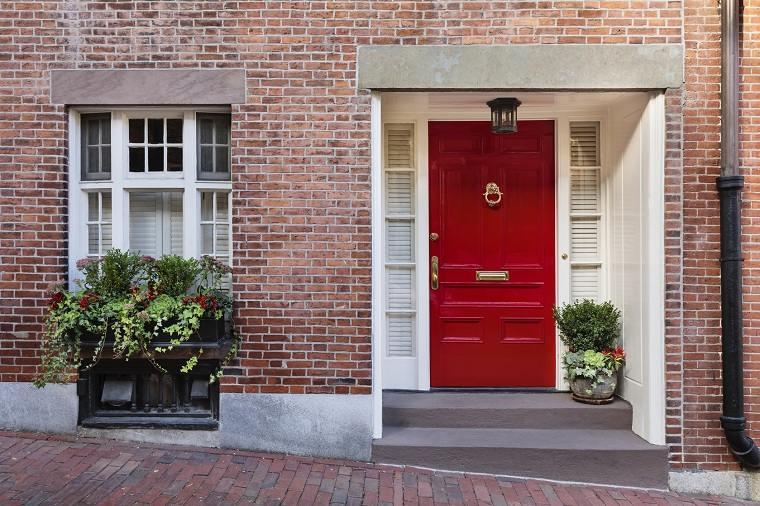 atraer-la-buena-suerte-casa-puerta-roja-plantas