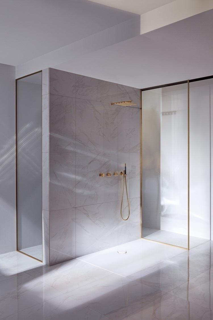 detalles-dorados-bano-minimalista