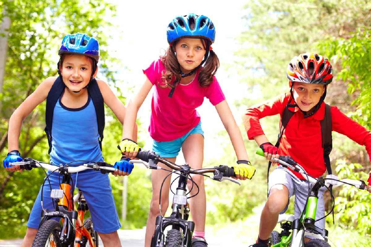 montar-en-bici-ninos-felices
