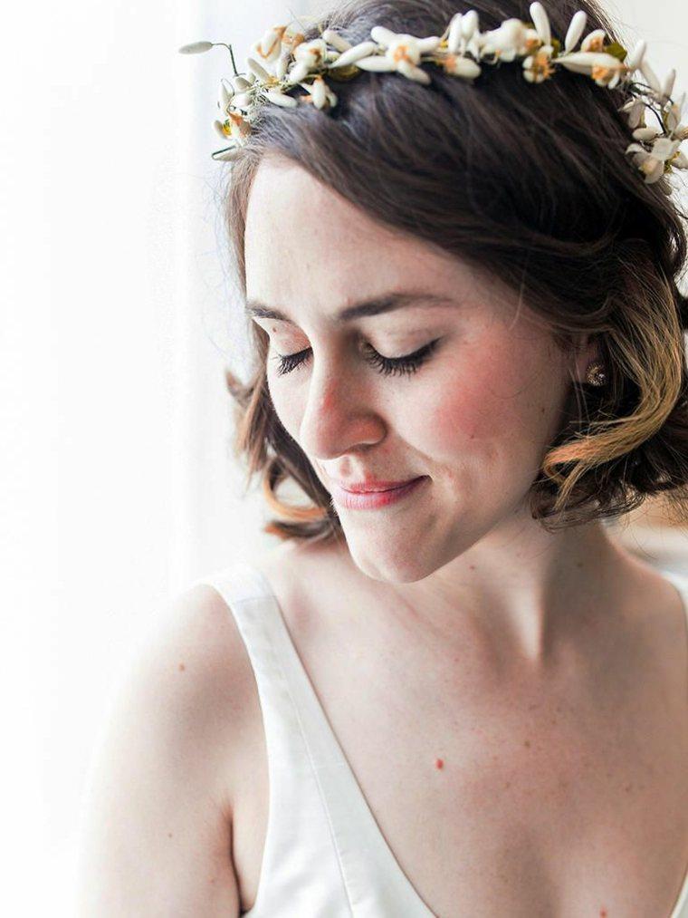 peinado-novia-2020-cabello-castano-corona-flores
