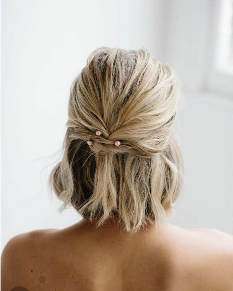 peinado-novia-2020-semiraccolto-capelli-biondi-taglio-bob-mollette-perle