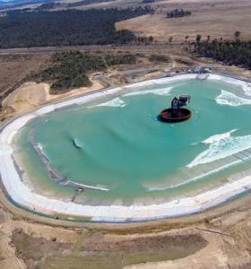 piscina con olas mas grande surf lakes