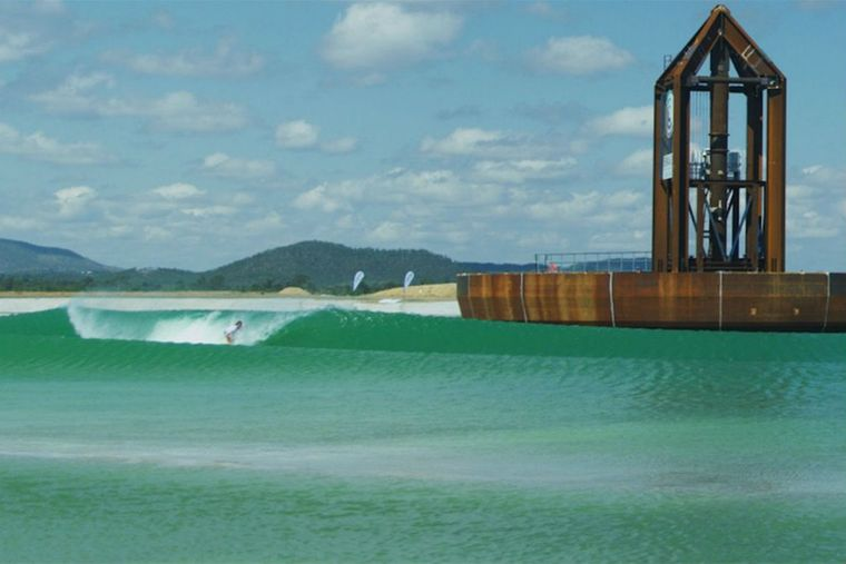 piscina con olas sistema surf lakes