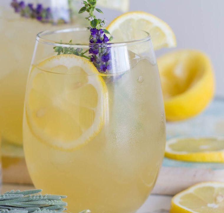 bebidas refrescantes limonada con lavanda
