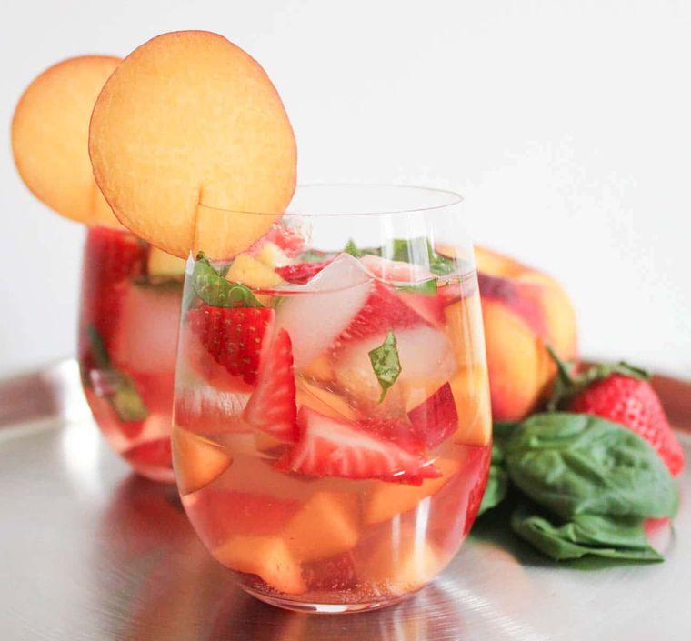 bebidas refrescantes sangria con albahaca