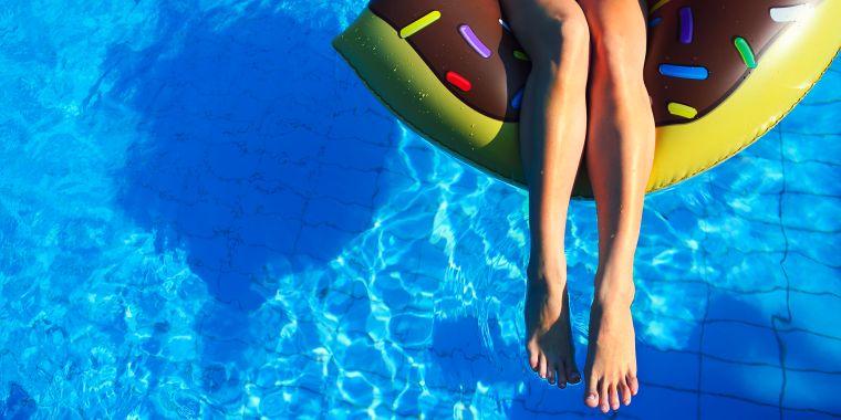 cómo broncearse rápido-piscina