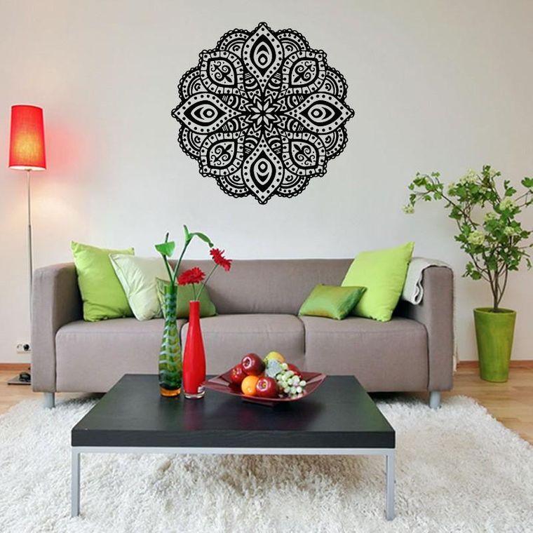 decoración con mandalas detras sofa