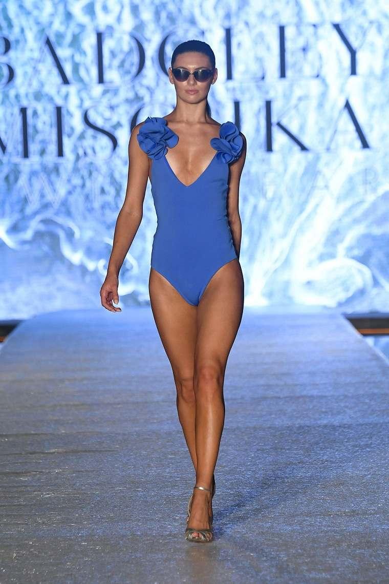 Badgley-Mischka-trajes-bano-2020-azul