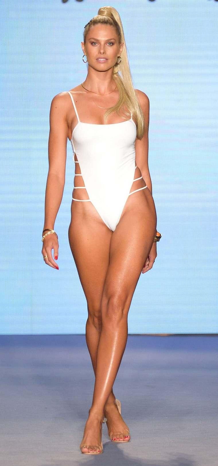 Badgley-Mischka-trajes-bano-2020-color-blanco-moda