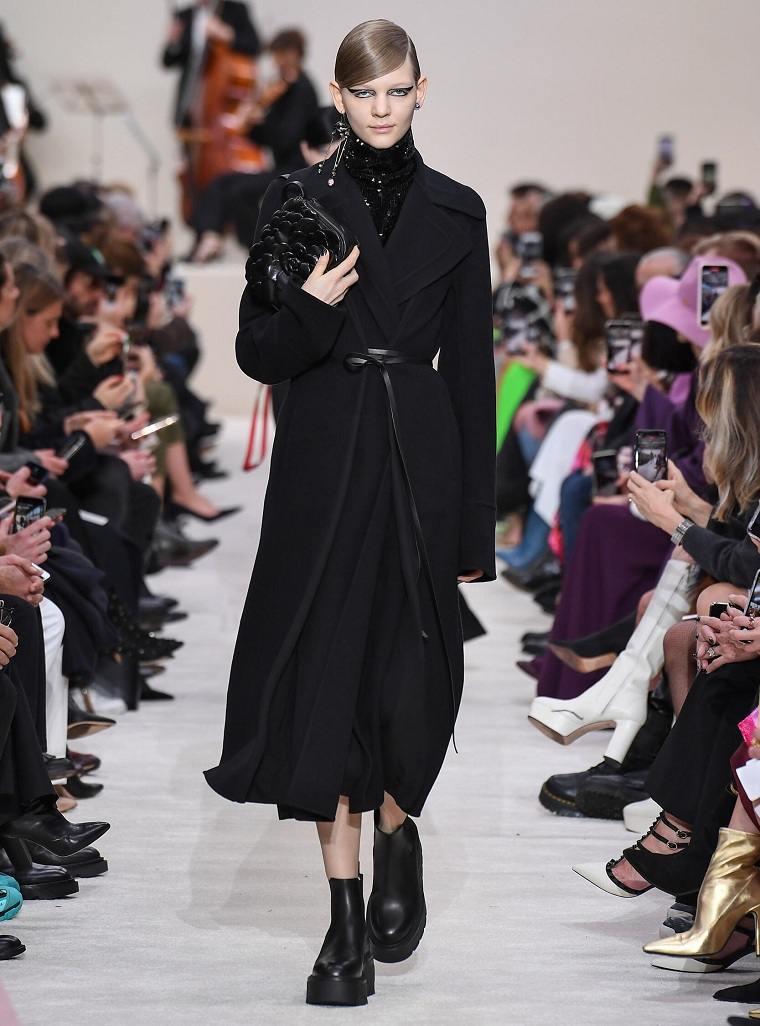 Valentino-semana-moda-abrigo-negro