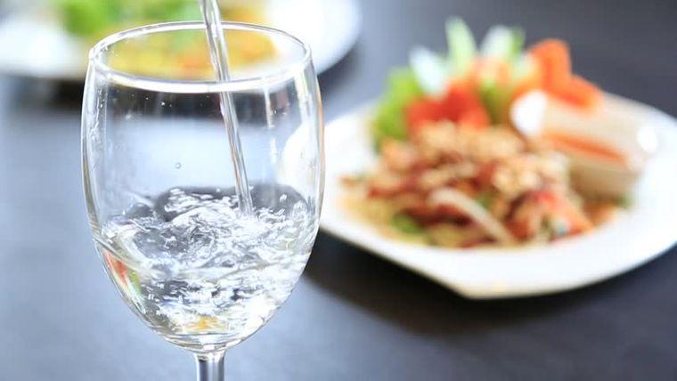 combinación de alimentos dañina agua comidas