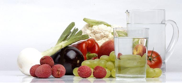 combinación de alimentos dañina agua con comida