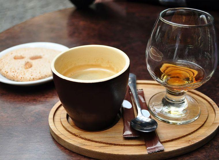 combinación de alimentos dañina cafe licor