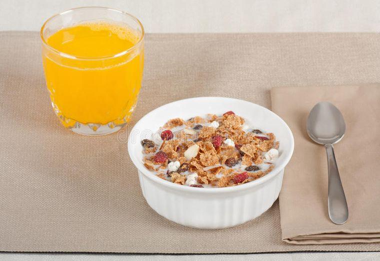combinación de alimentos dañina cereal con jugo