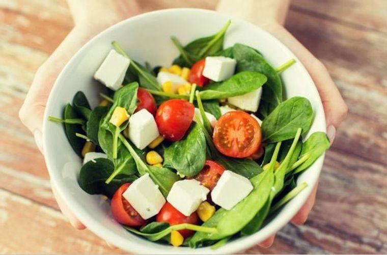 combinación de alimentos dañina espinaca tomate
