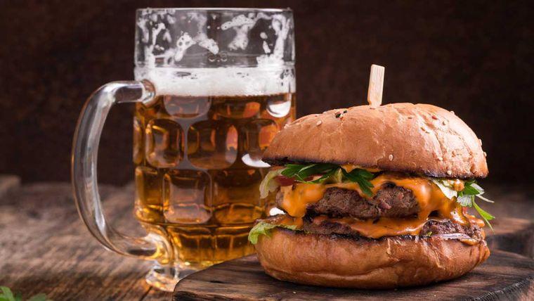 combinación de alimentos dañina hamburguesa cerveza