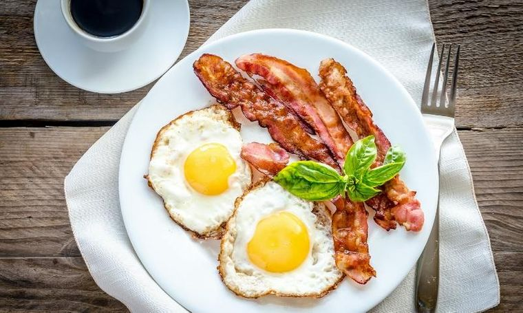 combinación de alimentos dañina huevo tocino