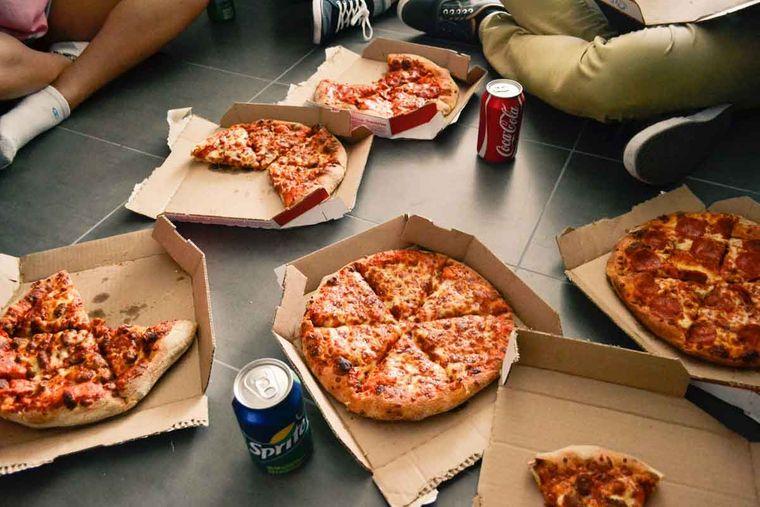 combinación de alimentos dañina pizza gaseosa