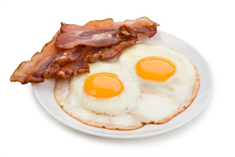 combinación de alimentos dañina tocino con huevos