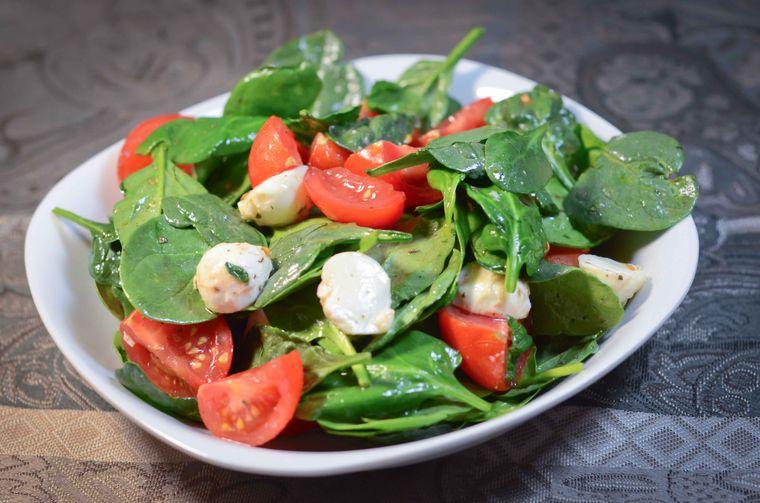 combinación de alimentos dañina tomate espinaca