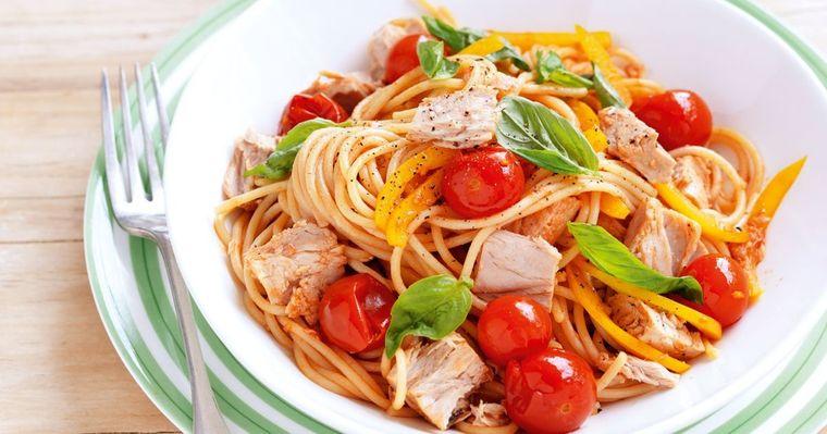 combinación de alimentos dañina tomate pasta