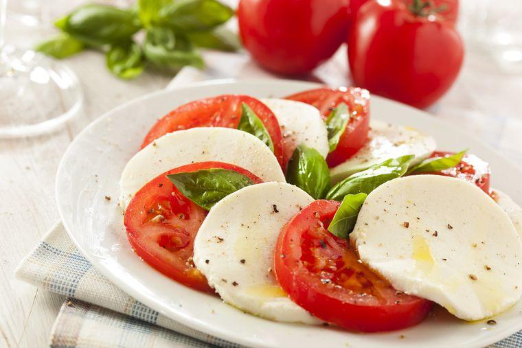 combinación de alimentos dañina tomates quesos