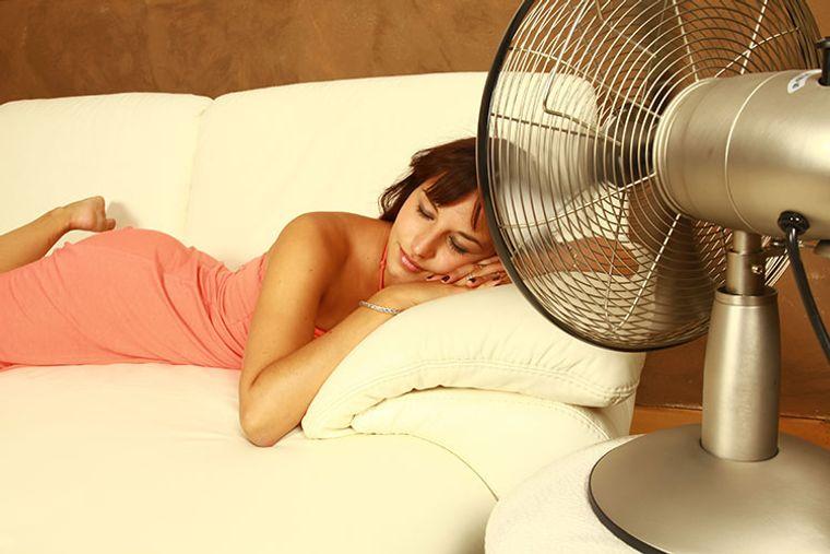 cómo combatir el calor dormir en sofa