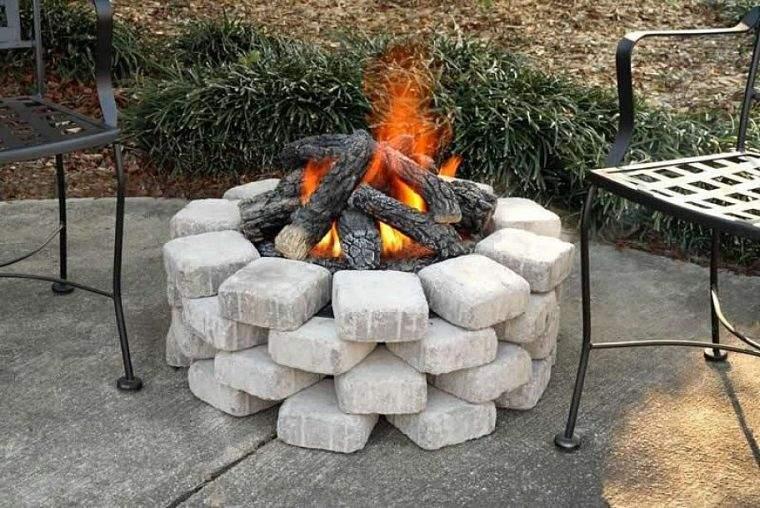 la fogata quemando madera