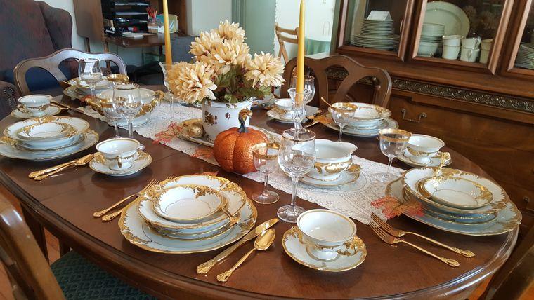 salón comedor cubiertos oro