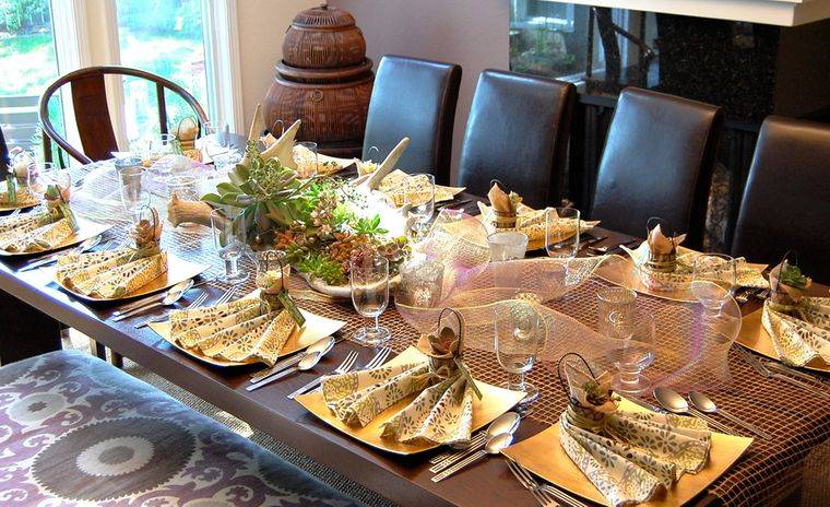 salón comedor mesa acogedora otoño