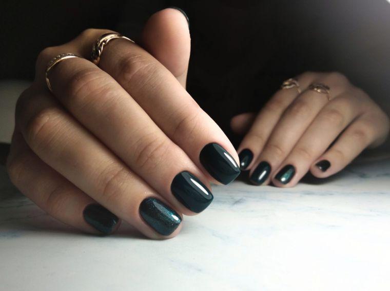 unas-esmalte-oscuro-estilo-diseno