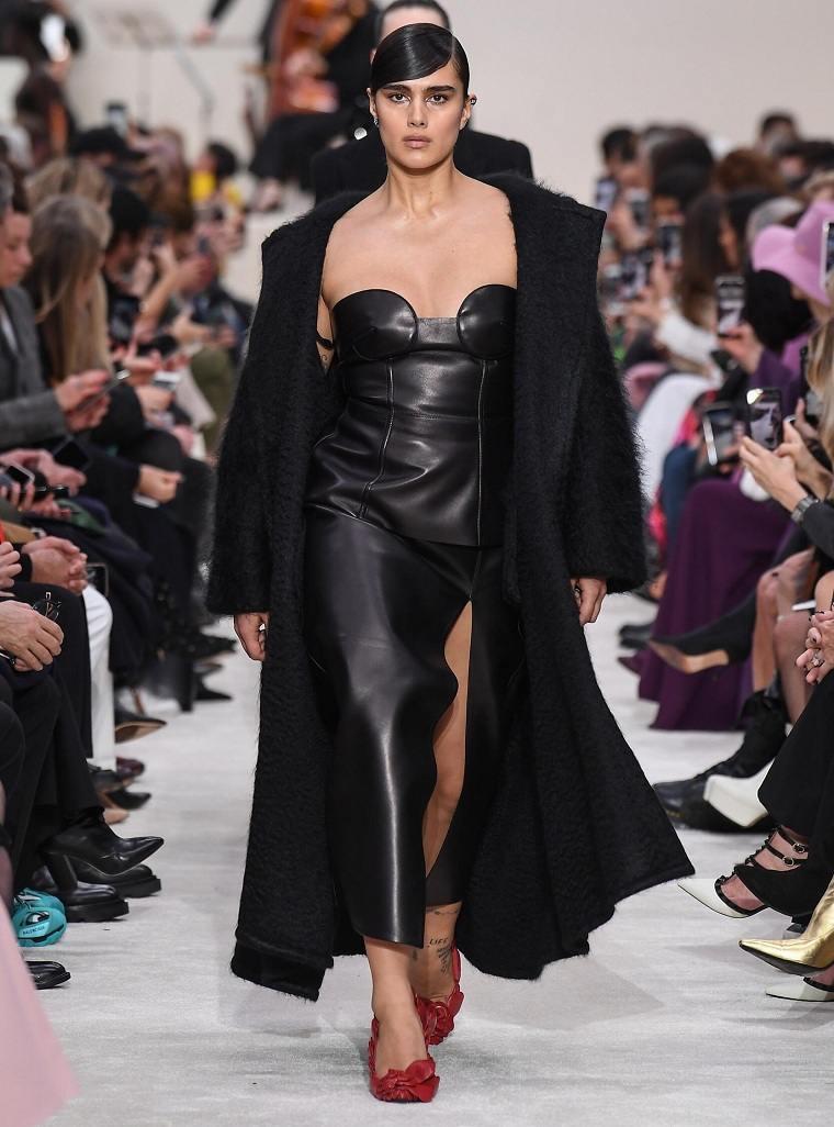valentino-vestido-negro-cuero