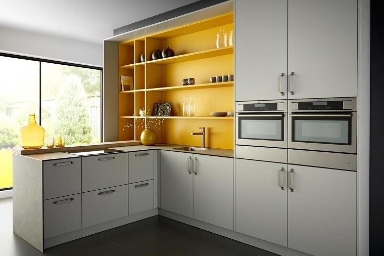cocina-forma-L-estantes-gris