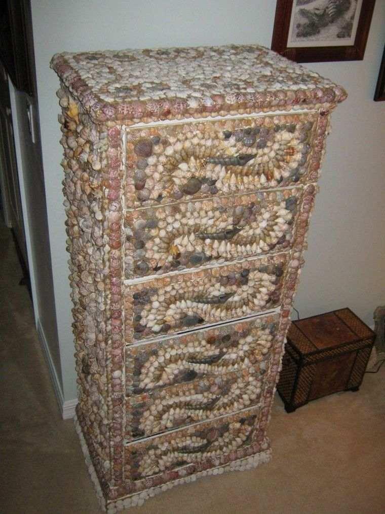 conchas marinas adornando mueble