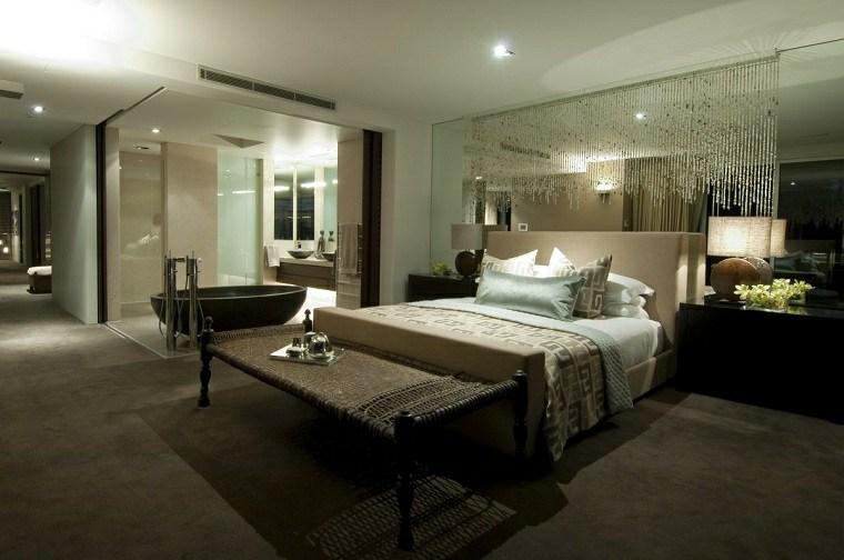 dormitorio-con-ducha-pared-cristal