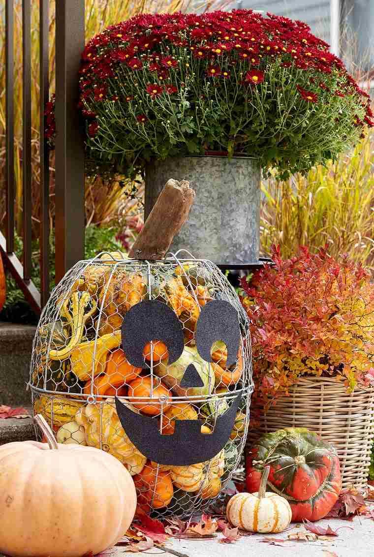 la tradición decorar exterior con calabazas