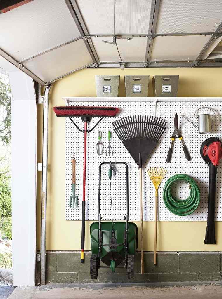 organizar garaje-colgar-heramientas-pared