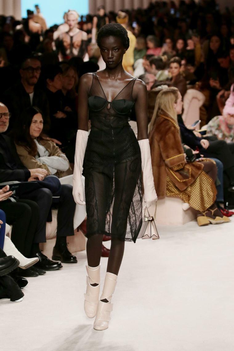 Fendi-pasarela-vestido-negro