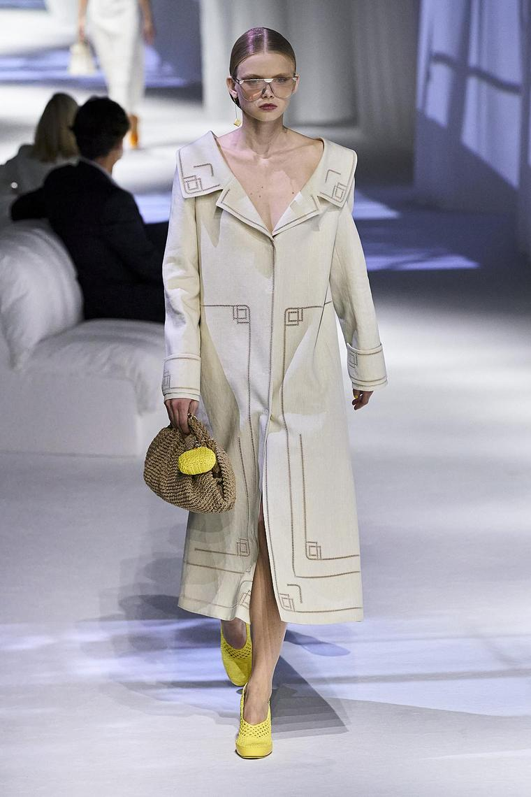 abrigo-impermeable-fendi-mujer-2020