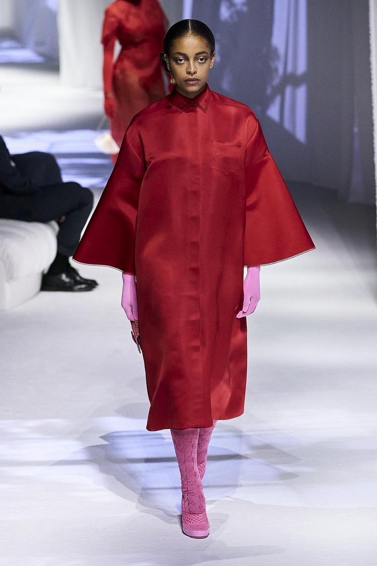 abrigo-impermeable-rojo-fendi-mujer-2020