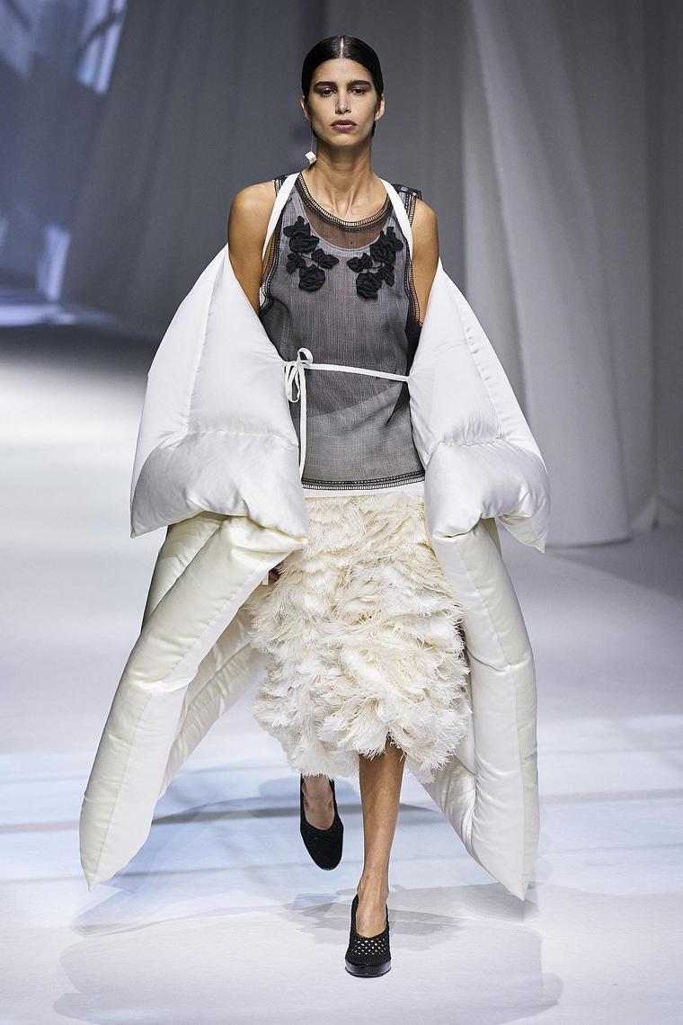 falda-fendi-plumas-capa-blanca