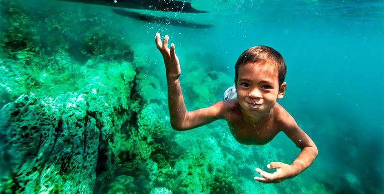 la tribu bajau niño en mar