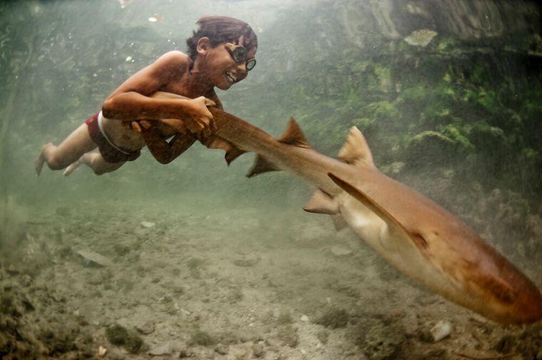 la tribu bajau niño pez