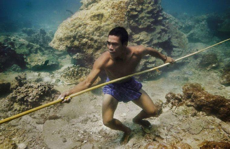 la tribu bajau pescador fondo mar