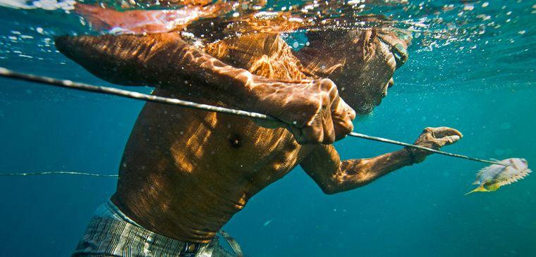 la tribu bajau pescando