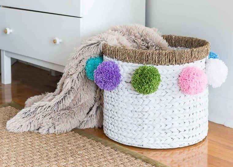 pompones decorar cesta