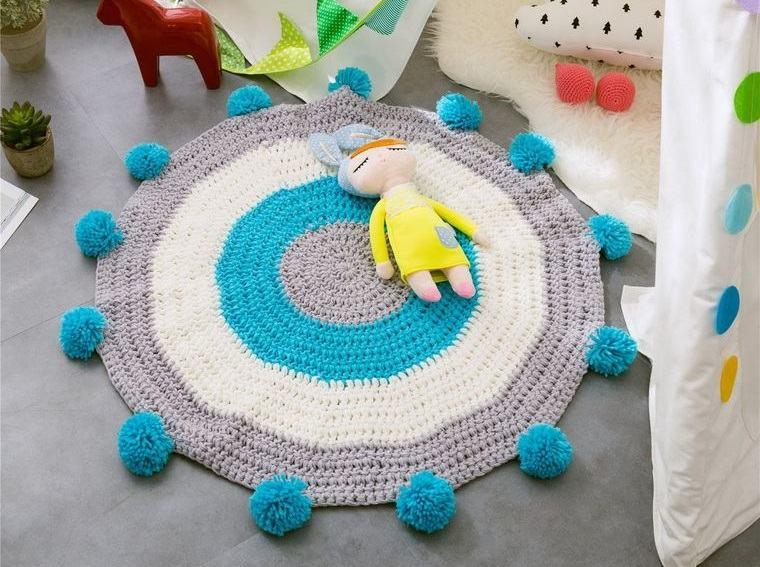 pompones en alfombra